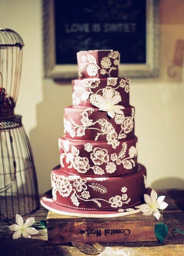 торт цвет марсала с белыми цветами