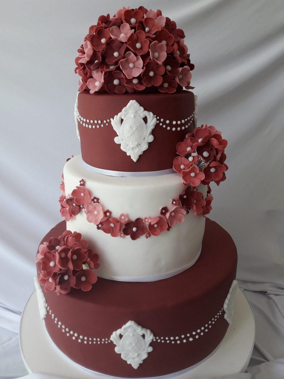 свадебный торт белый и цвет марсала