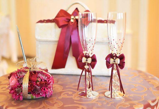 свадебные бокалы с декором цвета марсала с золотом