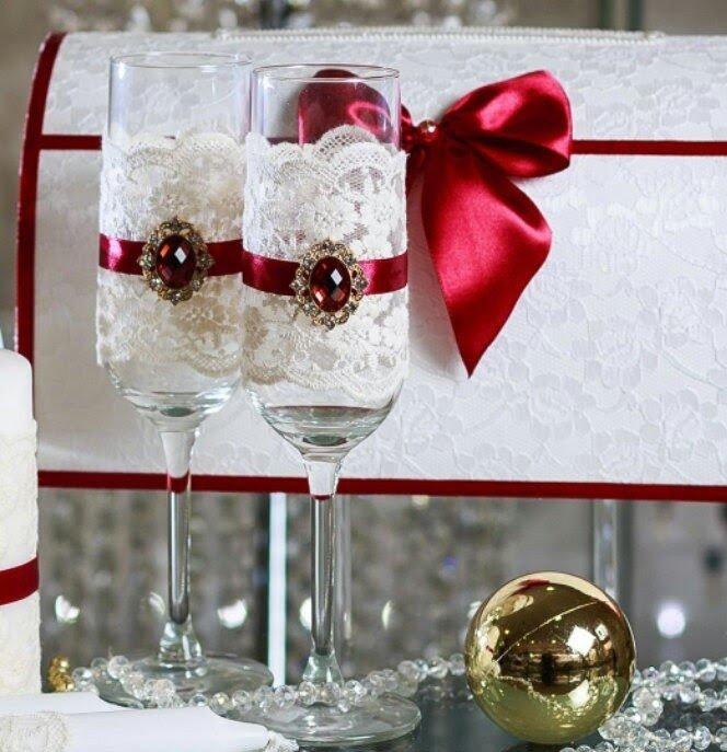 свадебные бокалы с декором цвет марсала с белыми кружевами