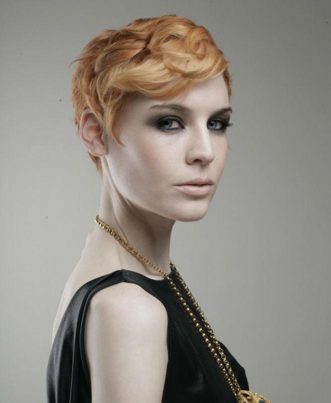 стрижка гарсон на волнистые волосы