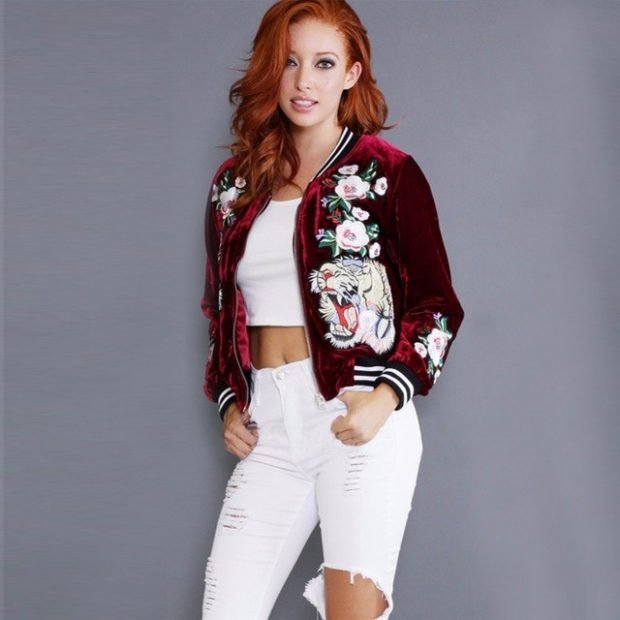 куртка бомбер, белый топ и белые джинсы