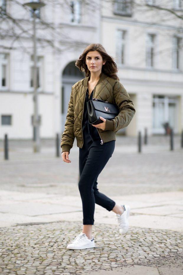 зеленая куртка парка с джинсами и черной сумкой
