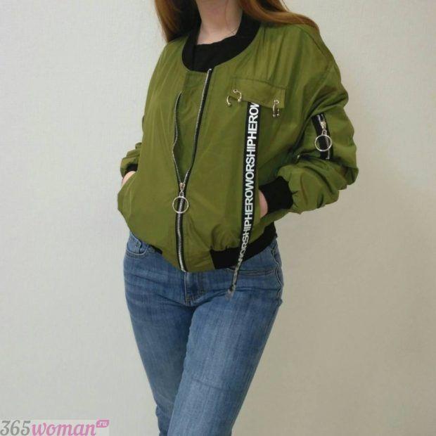зеленая куртка парка с джинсами